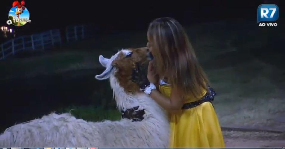 24.out.2014 - Depois da festa, antes de ir ao celeiro, MC Bruninha beija lhama na boca