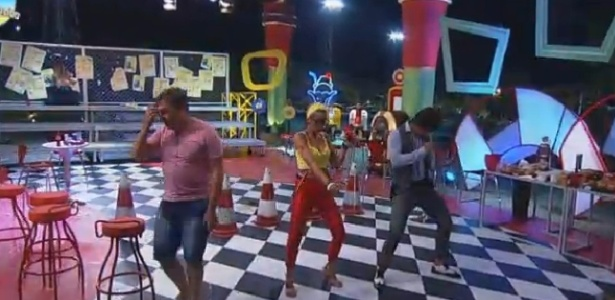 24.out.2014 - Equipe Ovelha aproveita o fim da festa sem os outros peões