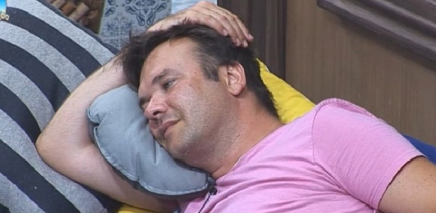 24.out.2014 - Felipeh Campos conversa com Leo Rodriguez após festa