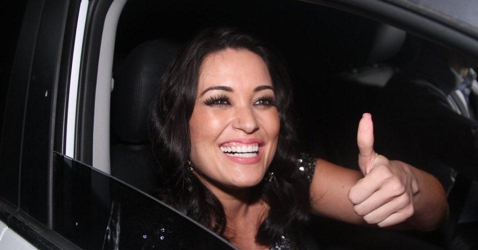 25.out.2014 - A assistente de palco Milene Pavorô deixa a fazenda Santa Bárbara, em Itatiba (SP)