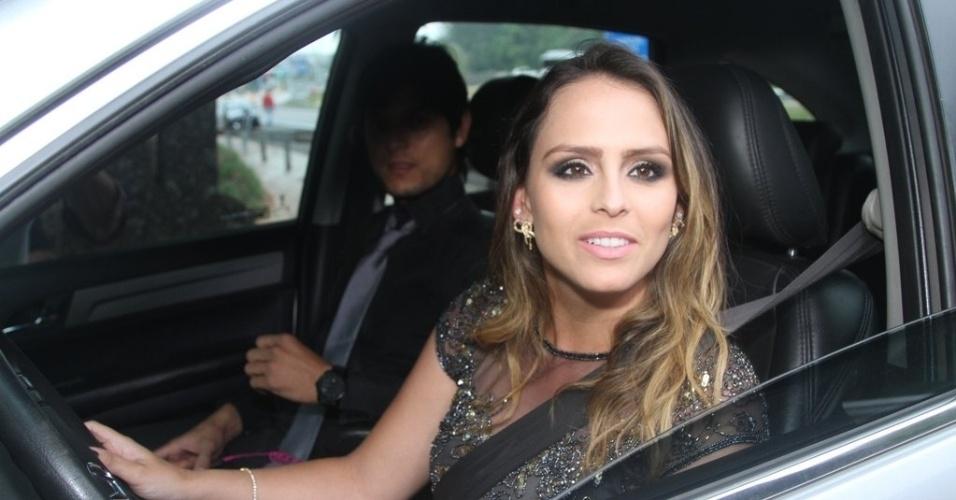 25.out.2014 - Aline Lima, prima de Sandy e Júnior, filha de Chitãozinho, foi até a cidade de Itatiba (SP) para o casamento de Júnior Lima e Mônica Benini
