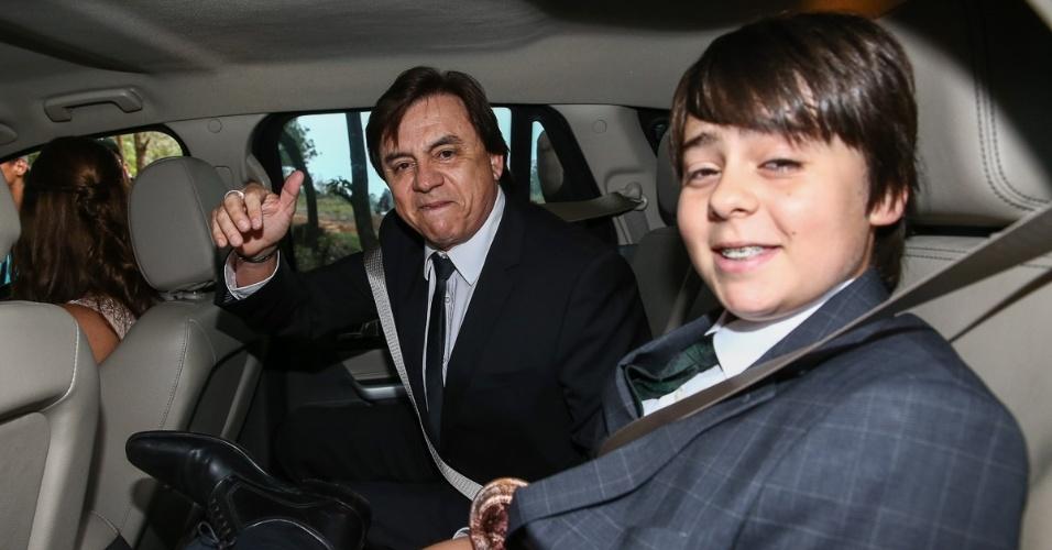 25.out.2014 - Chitãozinho chega com o filho para o casamento do sobrinho Júnior com a modelo Mônica Benini, em Itatiba, no interior de São Paulo