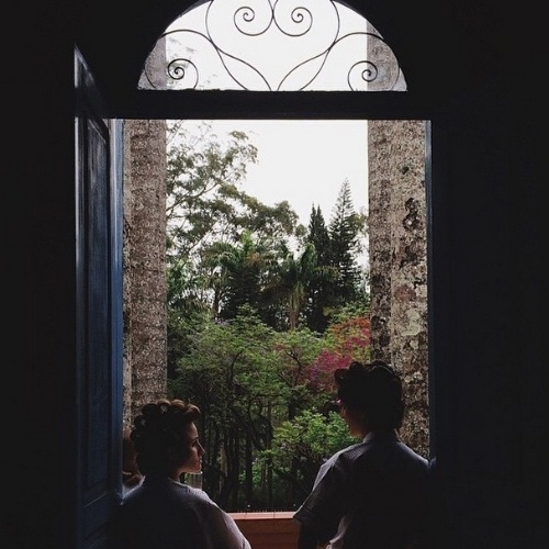 25.out.2014 - Mônica Benini se arruma para o casamento com Júnior Lima ao lado de uma amiga no interior de SP