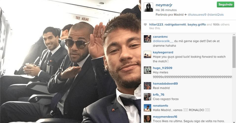 25.out.2014 - Neymar faz selfie vestindo terno ao lado dos jogadores do Barcelona Daniel Alves e Luis Suárez dentro de um avião na Espanha.