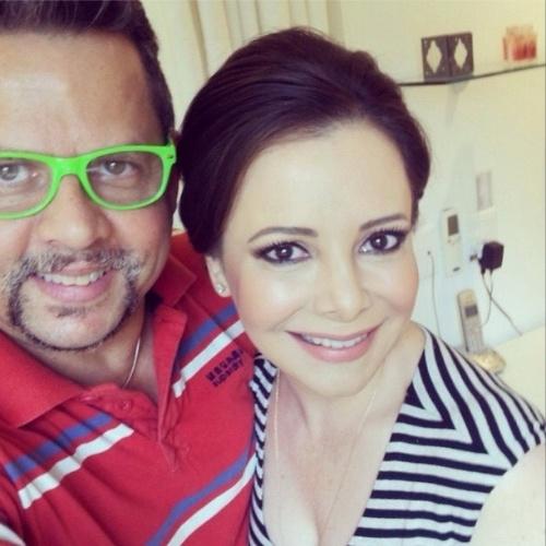 25.out.2014 - Noely posa com o maquiador Henrique Mello antes do casamento de seu filho, Júnior, em uma fazenda em Itatiba (SP)