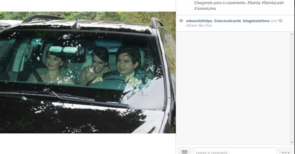 25.out.2014 - Sandy chega no banco de trás do carro de seus pais, Noely e Xororó, para o casamento de seu irmão, Júnior, com a modelo Mônica Benini. A cerimônia é na cidade de Itatiba