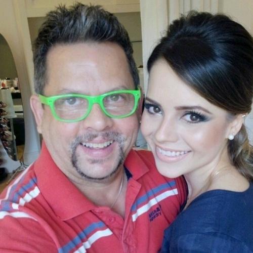 25.out.2014 - Sandy mostra a maquiagem feita por Henrique Mello para o casamento de Júnior em uma fazenda em Itatiba (SP)