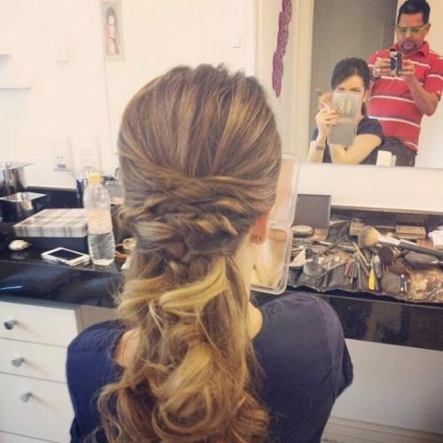 25.out.2014 - Sandy mostra o penteado que fez para o casamento de seu irmão, Júnior, com a modelo Mônica Benini. O casório é na cidade de Itatiba.