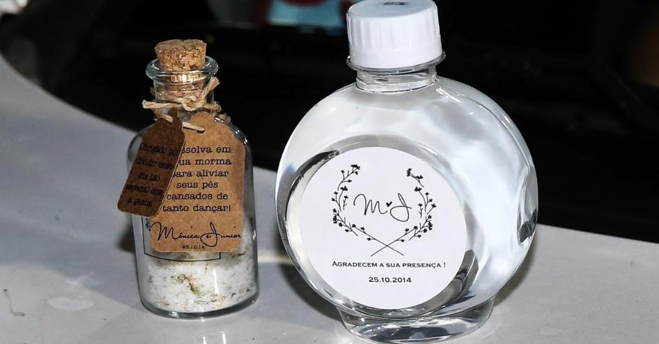 25.out.2014 - Uma garrafinha personalizada de água e um frasco de sais para escalda-pés são as lembrancinhas do casamento de Júnior Lima e Mônica Benini