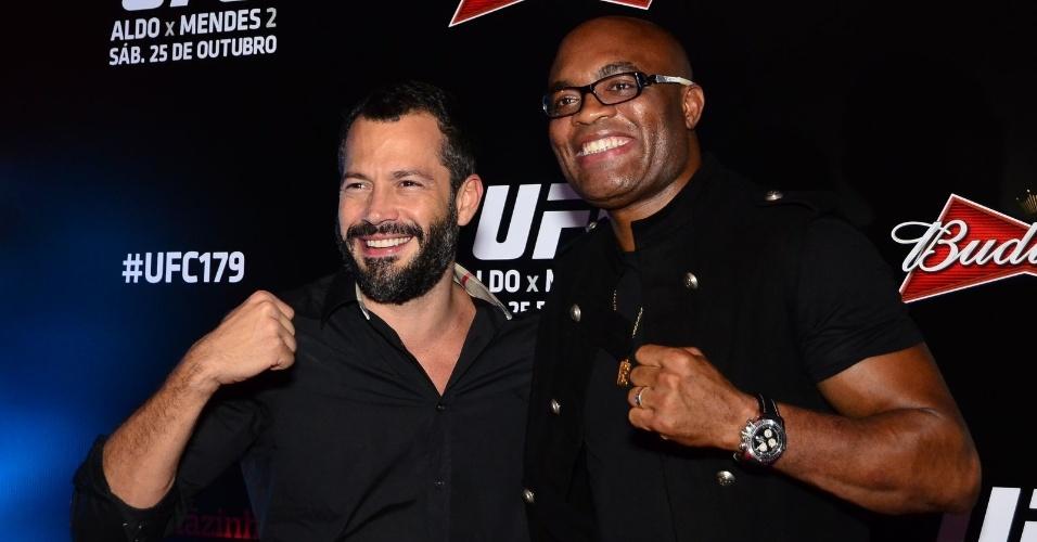 25.out.2014 - O ator Malvino Salvador encontra Anderson Silva no UFC, no Maracanãzinho.