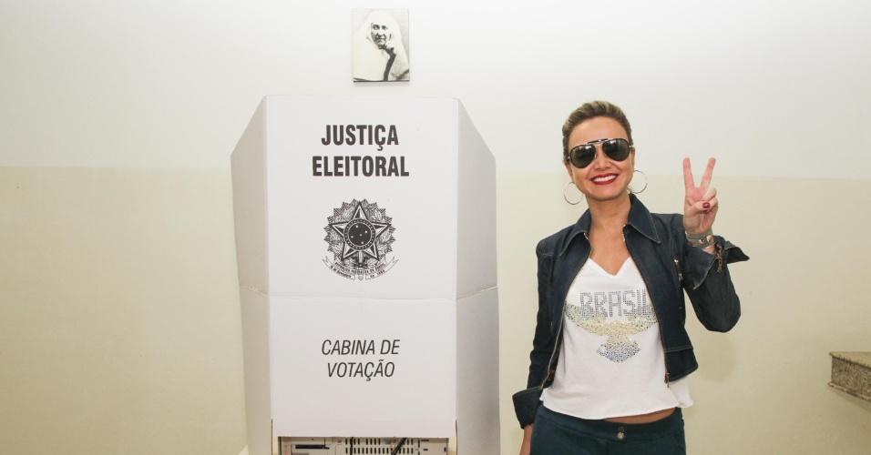 26.out.2014 - A apresentadora Eliana votou em colégio dos Jardins, em São Paulo