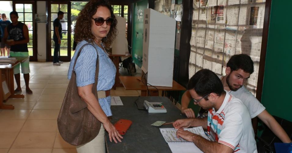 26.out.2014 - A atriz Eliane Giardini vota no Golf Club, na Barra da Tijuca, no Rio