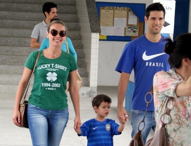 26.out.2014 - A atriz Juliana Silveira votou com o marido e o filho, na Barra da Tijuca, no Rio