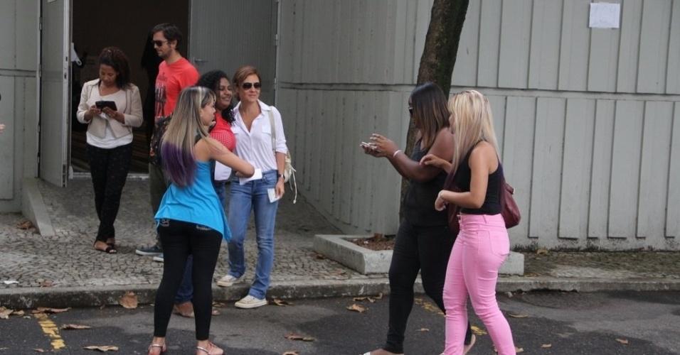 26.out.2014 - Adriana Esteves e Vladimir Brichta foram em família para votar neste domingo, no bairro de São Conrado, na zona sul do Rio de Janeiro