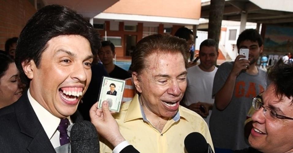 26.out.2014 - Alvo preferido dos programas de humor, Silvio Santos brinca com repórteres no colégio em que vota, no bairro do Morumbi, em São Paulo. O apresentador também tirou fotos com fãs