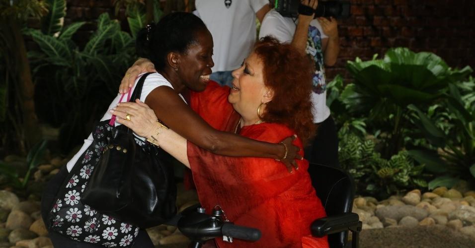 """26.out.2014 - Beth Carvalho foi votar no Rio de Janeiro a bordo de um carrinho elétrico, que ela chamou de """"Beth Móvel"""""""