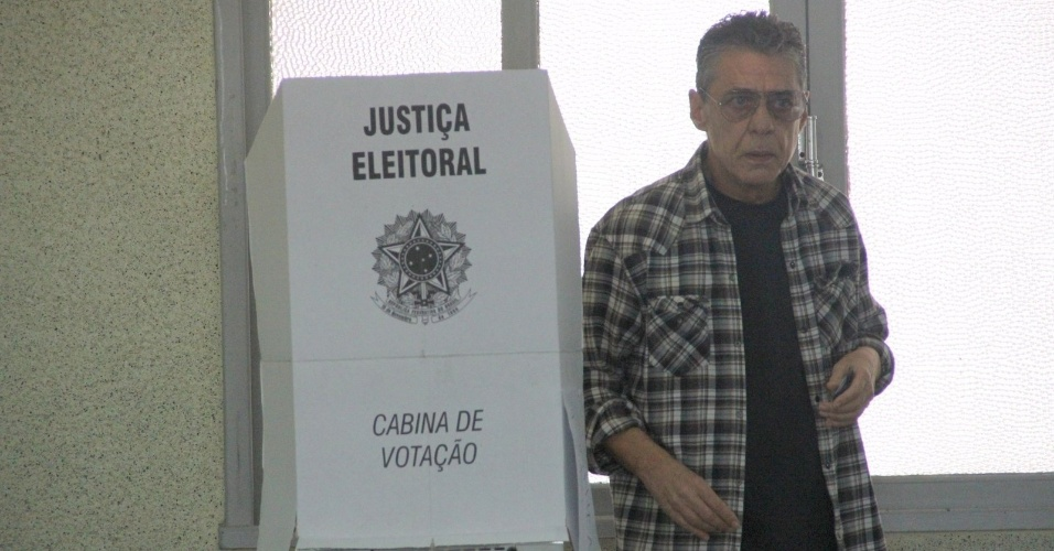 26.out.2014 - Chico Buarque, que declarou publicamente seu voto à Dilma, votou na zona sul do Rio