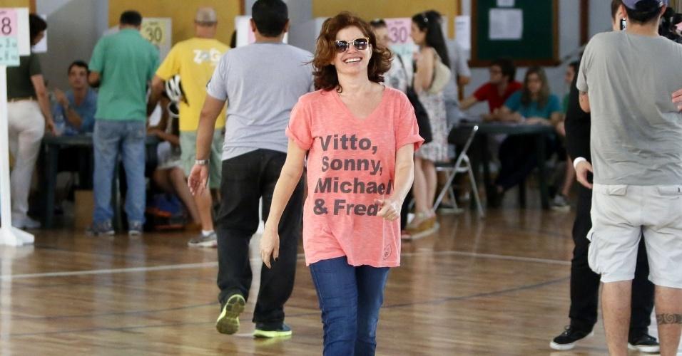 26.out.2014 - Débora Bloch sai sorridente do Clube Militar, no Jardim Botânico, onde vota no Rio de Janeiro