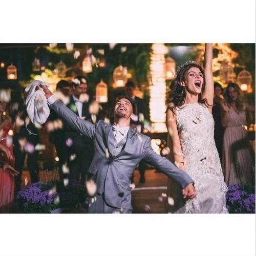 26.out.2014 - Júnior Lima e a modelo Mônica Benini se casaram neste sábado (25), em Itatiba, no interior de São Paulo. A imagem, postada no Instagram da dupla Sandy e Júnior, mostra os noivos saindo da cerimônia.