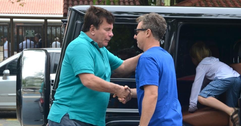 26.out.2014 - Luciano Huck encontra o apresentador Wagner Montes em colégio eleitoral na Barra da Tijuca, no Rio