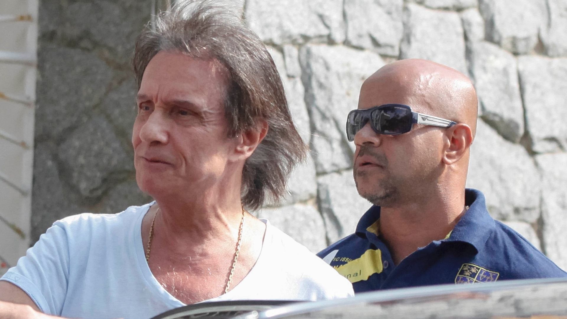 26.out.2014 - Roberto Carlos foi cercado por fãs a caminho de sua seção eleitoral, no Rio de Janeiro. Ele também foi abordado por um sósia no local