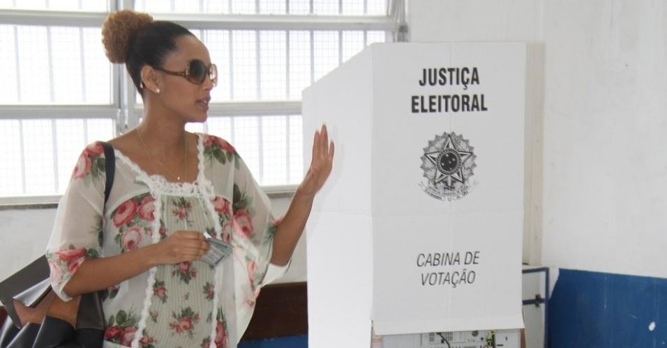26.out.2014 - Taís Araújo, grávida de cinco meses, dá seu voto para presidente e também para governador do Rio de Janeiro