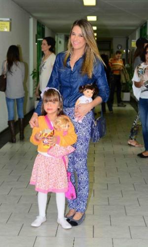 26.out.2014 - Ticiane Pinheiro leva a filha, Rafa Justus, à votação no colégio Palmares, em Pinheiros, São Paulo.