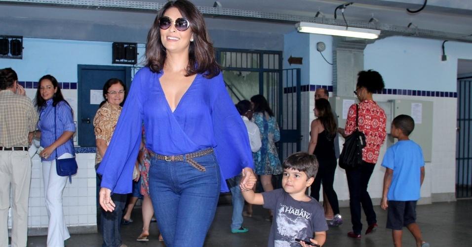 26.out.2014 - Vestida de azul, a atriz Juliana Paes vai com filho votar na Barra da Tijuca, no Rio de Janeiro.