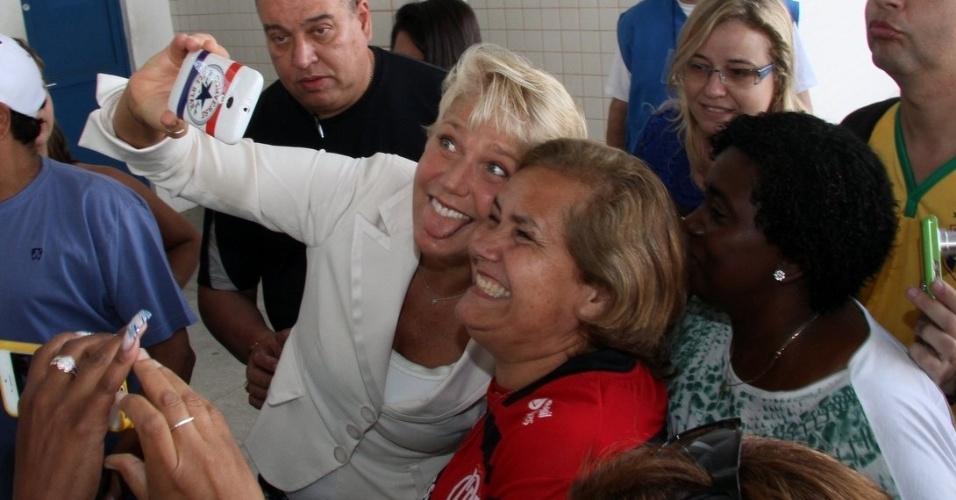 26.out.2014 - Xuxa vota na Barra da Tijuca, no Rio de Janeiro. No caminho até sua seção eleitoral, a apresentadora conversou e tirou fotos com fãs