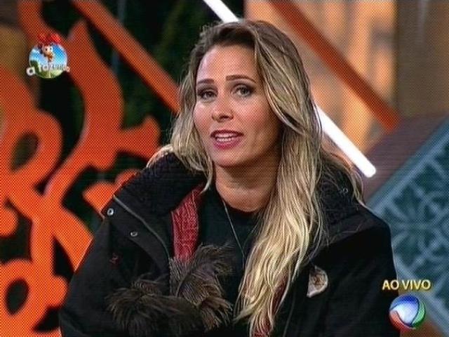 27.out.2014 - Andréia Sorvetão vota em Cristina Mortágua para a sexta roça de