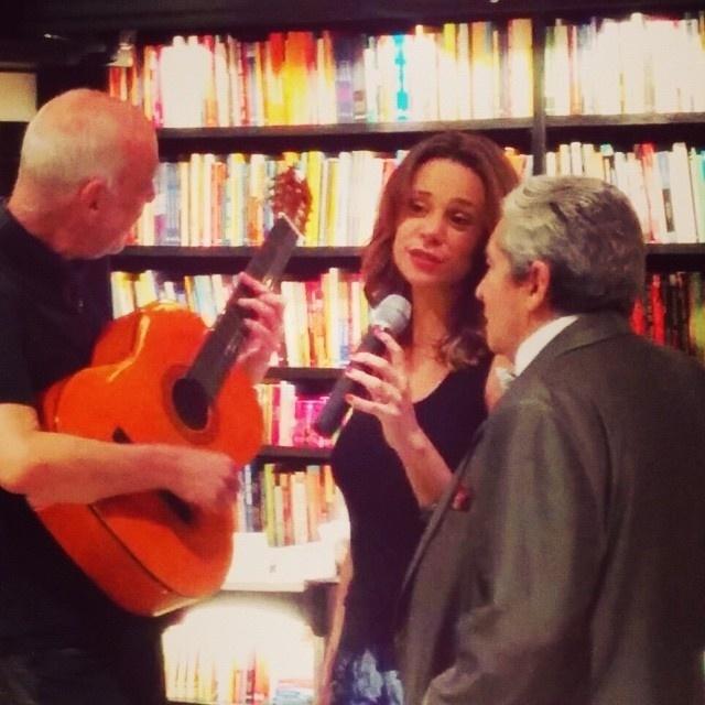 27.out.2014 - Vanessa Gerbelli dá canja no lançamento de livro de Domingos Oliveira