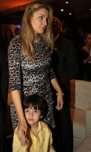 Com um vestido com estampa de onça, Marcela Temer e o filho Michelzinho prestigiam jantar em homenagem ao marido, o vice-presidente da república, Michel Temer, oferecido pela Câmara de Comércio Árabe-Brasileira em março de 2013