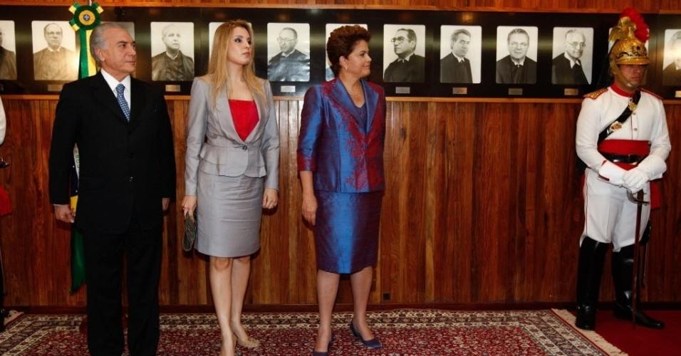 Marcela Temer entre o marido, o vice-presidente Michel Temer, e a presidente Dilma Rousseff em cerimônia no Plenário do Tribunal Superior Eleitoral (TSE), em Brasília, para entrega dos diplomas aos eleitos em dezembro de 2010