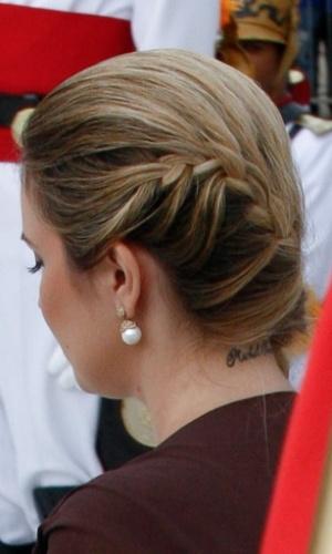 Marcela Temer usa penteado para o lado que destacou a tatuagem no pescoço, escrito Michel Temer, durante cerimônia de posse da presidente Dilma Rousseff, no Palácio do Planalto em janeiro de 2011