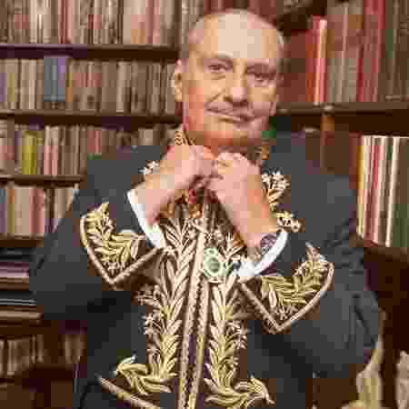 O escritor Carlos Heitor Cony veste o fardão de membro da Academia Brasileira de Letras - Antônio Gaudério/Folhapress