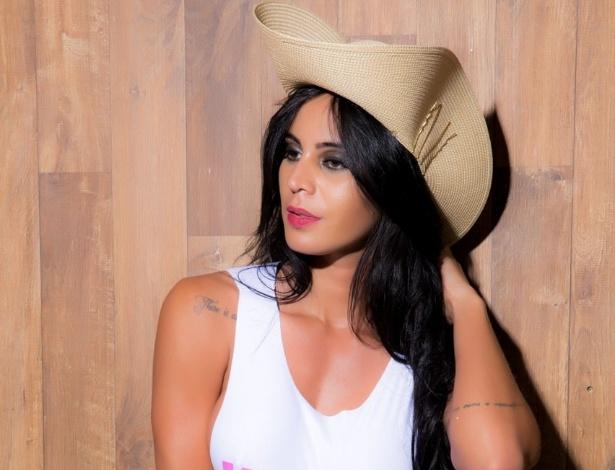"""27.out.2014 - Após deixar """"A Fazenda 7"""", na última roça, Lorena Bueri faz ensaio sensual vestindo apenas calcinha, camiseta regata e um chapéu"""
