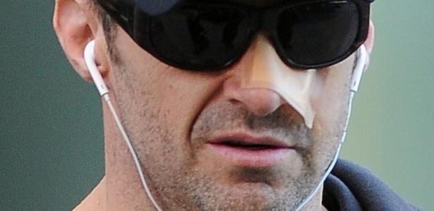 27.out.2014 - Hugh Jackman usa curativo no nariz após terceiro tratamento para retirada de câncer de pele - Doug Meszler/Splash News