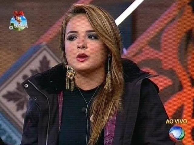 27.out.2014 - MC Bruninha rebate acusações de Felipeh Campos e indica Cristina Mortágua para a sexta roça de