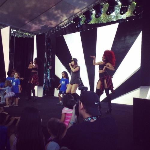 28.out.2014 - Anitta canta na festa de comemoração dos 25 anos da Fundação Xuxa Meneghel, no Rio de Janeiro