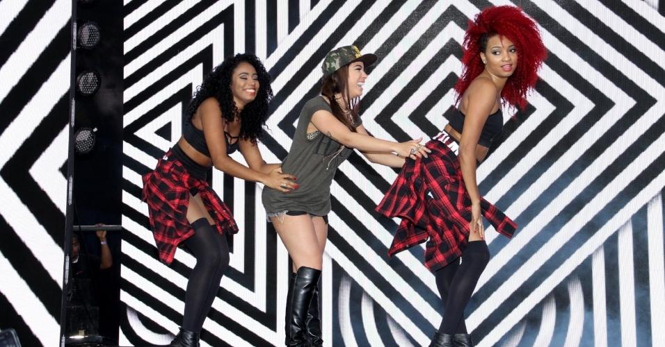 28.out.2014 - Anitta dança e canta na festa de comemoração dos 25 anos da Fundação Xuxa Meneghel, no Rio de Janeiro