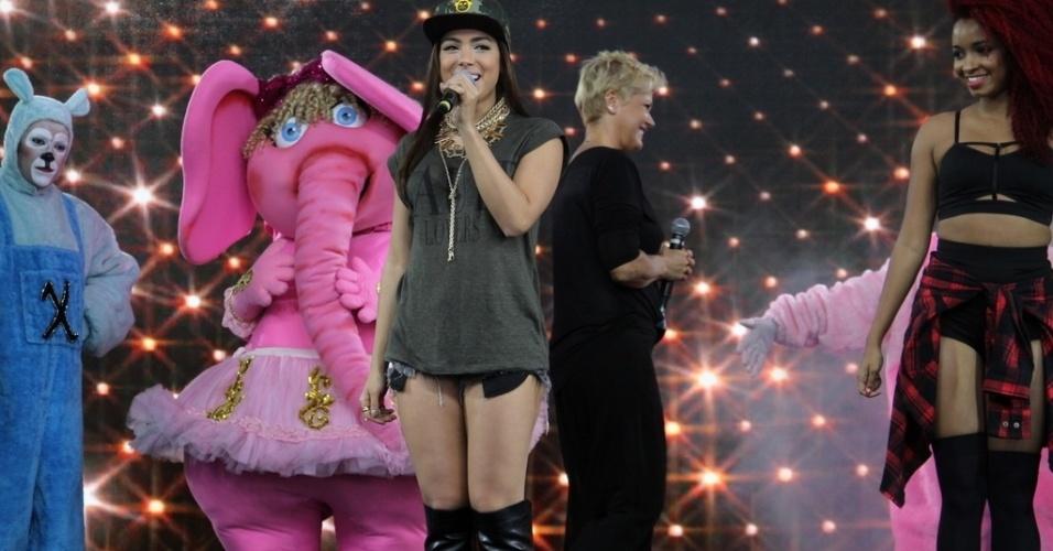 28.out.2014 - Ao lado de bonecos, Anitta dança e canta na festa de comemoração dos 25 anos da Fundação Xuxa Meneghel, no Rio de Janeiro