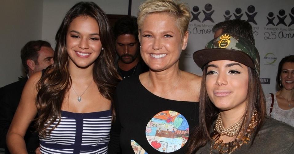 28.out.2014 - Durante comemoração dos 25 anos da Fundação Xuxa Meneghel, no Rio de Janeiro, Xuxa (centro) posa ao lado de Anittae Bruna Marquezine