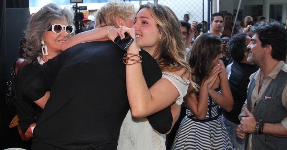 28.out.2014 - Emocionada, Sacha abraça a mãe festa de comemoração dos 25 anos da Fundação Xuxa Meneghel, no Rio de Janeiro