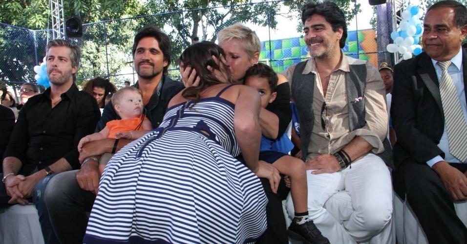 28.out.2014 - Muito emocionadas, Xuxa beija Bruna Marquezine na festa de comemoração dos 25 anos da Fundação Xuxa Meneghel, no Rio de Janeiro