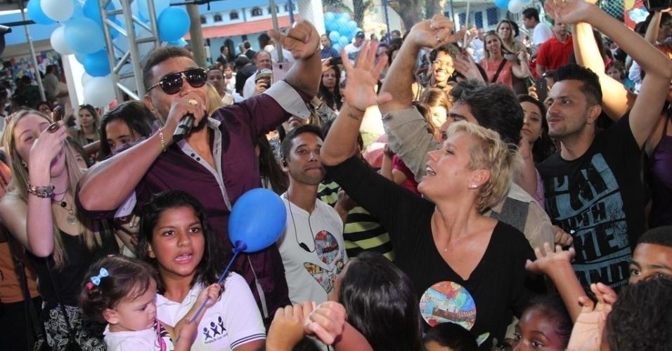 28.out.2014 - Sacha se diverte com as crianças na festa de comemoração dos 25 anos da Fundação Xuxa Meneghel, no Rio de Janeiro