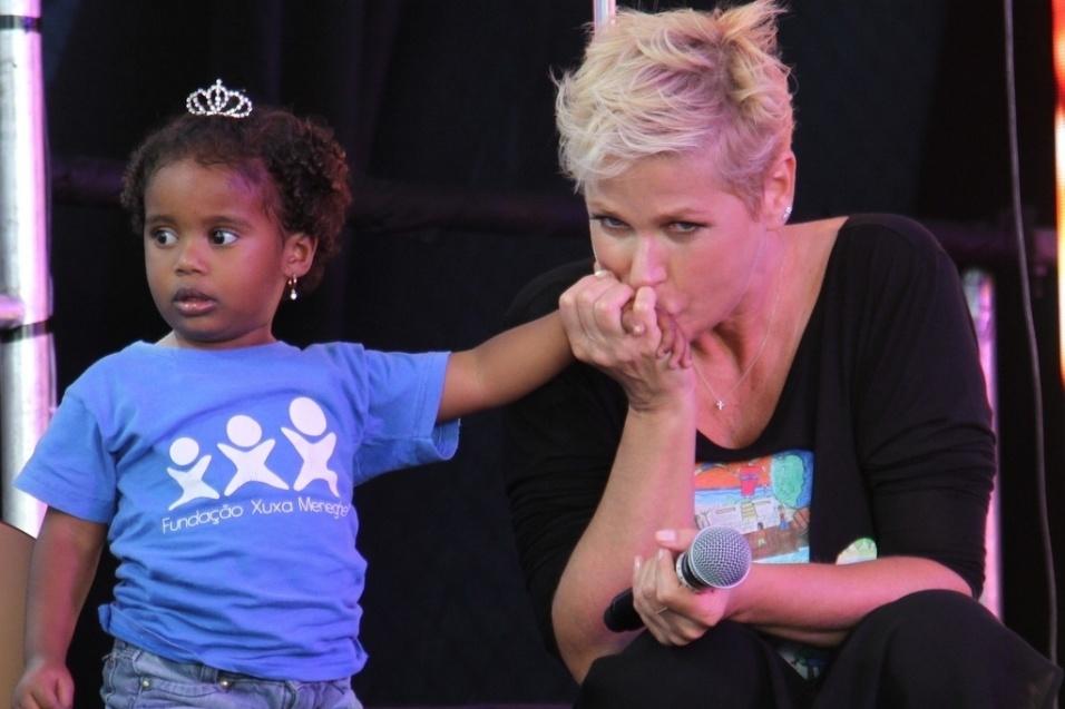 28.out.2014 - Xuxa beija mão de fã mirim na festa de comemoração dos 25 anos da Fundação Xuxa Meneghel, no Rio de Janeiro
