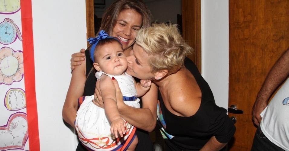 28.out.2014 - Xuxa paparica Bruna, a filha de sete meses da atriz Nívea Stelmann durante comemoração dos 25 anos da Fundação Xuxa Meneghel, no Rio de Janeiro