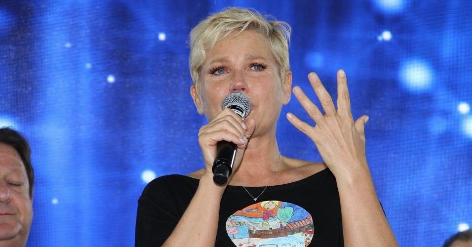 28.out.2014 - Xuxa se emociona ao discursar na festa de comemoração dos 25 anos da Fundação Xuxa Meneghel, no Rio de Janeiro