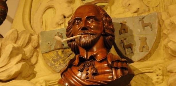 Busto de Shakespeare sustenta um cachimbo no museu da maconha de Barcelona, na Espanha - Mariana Pasini/UOL