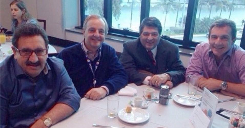 Datena (terceiro) na mesa com Ratinho e os diretores Marcelo Parada e Murilo Fraga, do SBT